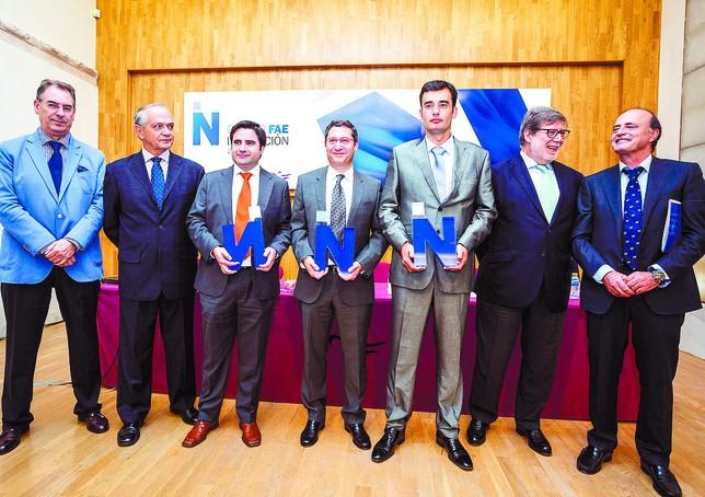 os tres premiados, de i. a d., Javier Herrero, José Ignacio Cuevas y Óscar Gil, con los organizadores