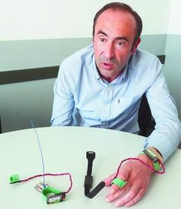 Sedano muestra la tecnología que se aplica a las pulseras para medir las aceleraciones del movimiento