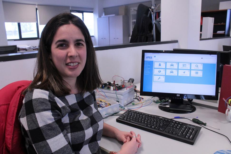 Silvia González, responsable del proyecto en ITCL, con el programa que han creado para la monitorización de los puntos de recarga